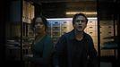 Zoey Davis (interpretada por Taylor Russell) y Ben Miller (Logan Miller), en una escena del filme «Escape Room 2».