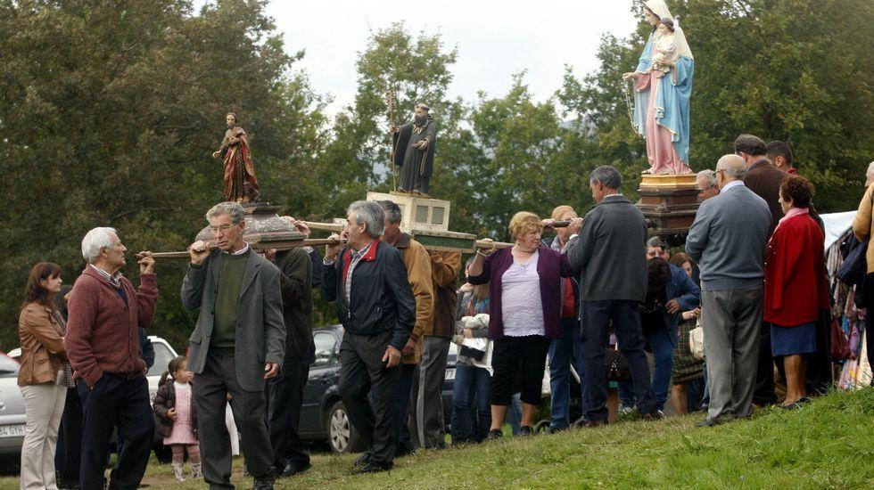 La romería chantadina de San Lucas, en fotos.La procesión del día de San Lucas junto a la capilla del castro e San Amaro