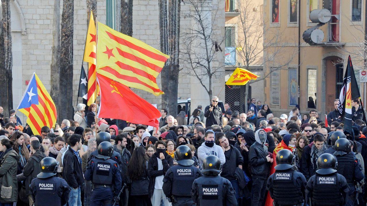 Los Mossos cargan contra los CDR que trataban de impedir un acto de Vox.Protesta de los CDR en la AP-7, en Tarragona