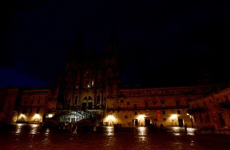La catedral y la plaza del Obradoiro a oscuras por la «hora del planeta» del 2011.
