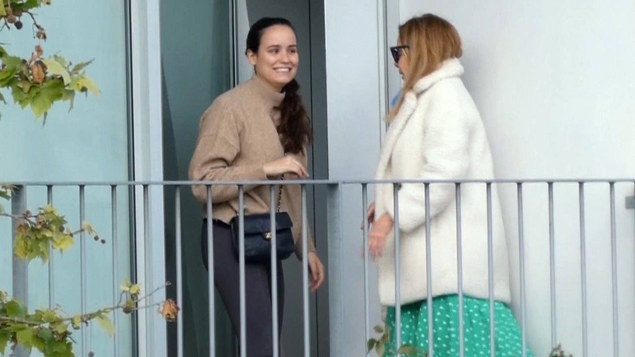 Carolina Monje junto a Ana Obregón, hace días en la terraza de la habitación donde estaba Álex Lequio