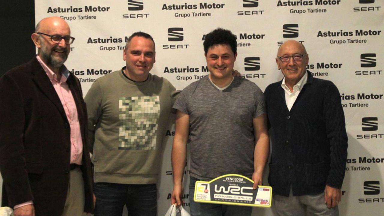 El editor de Infomotor Fernando Neira y los pilotos Oscar Palacio y José Antonio Fombona, junto a Iván Rodriguez ganador de la 25 edición del concurso de fotografía de la revista asturiana