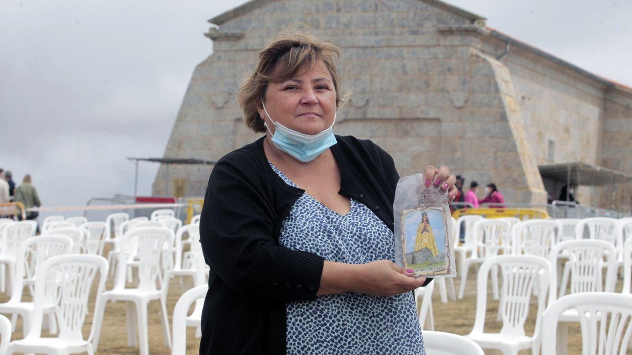 María del Mar Piñeiro, con su tarjeta de la Virgen del faro recién bendecida