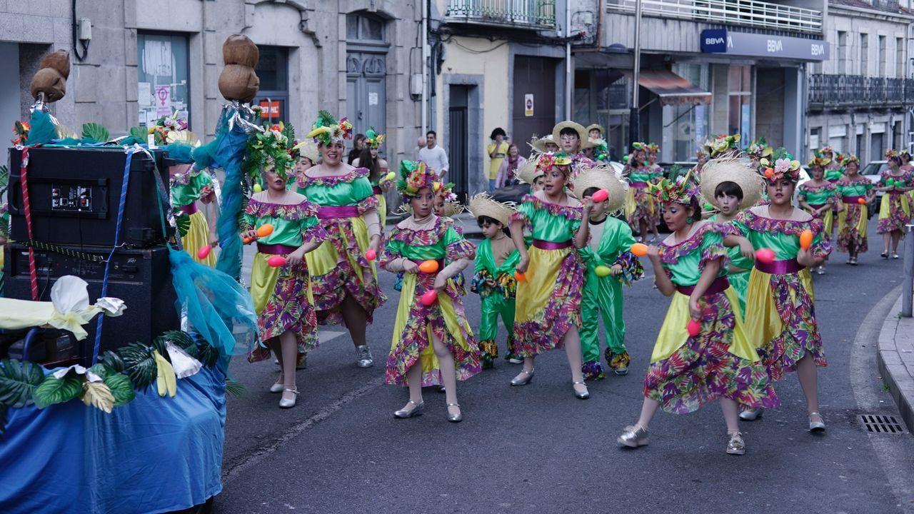 Día de desfile en Ribadavia.Una de las plazas del entroido de O Ribeiro reunió a cientos de personas en las calles de la villa