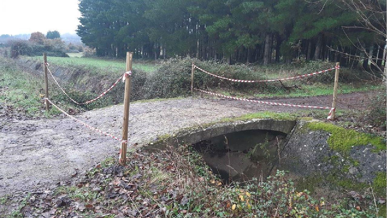 Los  sitios de foto de los caminos Norte y Primitivo.El puente, situado en un canal de la red de regadío, fue cortado con cintas señalizadoras