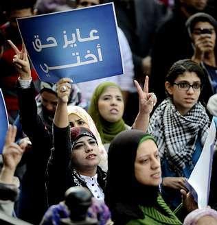 Varias mujeres se manifestaron ante el tribunal.