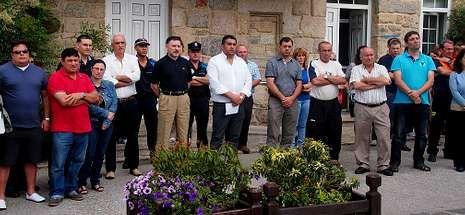 <span lang= es-es >Santa Comba</span>. Silencioso respeto por parte de la corporación municipal, trabajadores del ayuntamiento y vecinos en general.