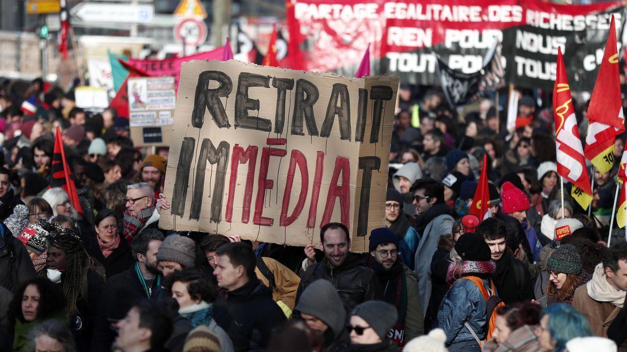 «Retirada inmediata» reza un cartel de los manifestantes que protestaron en Paris contra la reforma de las pensiones