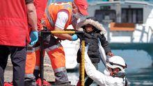 El momento en que los profesionales de Cruz Roja y Salvamento Marítimo suben a tierra a la pequeña Mace