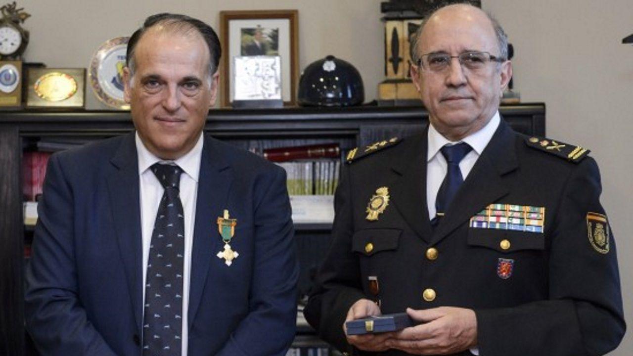 Tebas y el entonces comisario Villabona, durante el acto de entrega al presidente de la Liga de la medalla al merito policial, en febrero del 2016