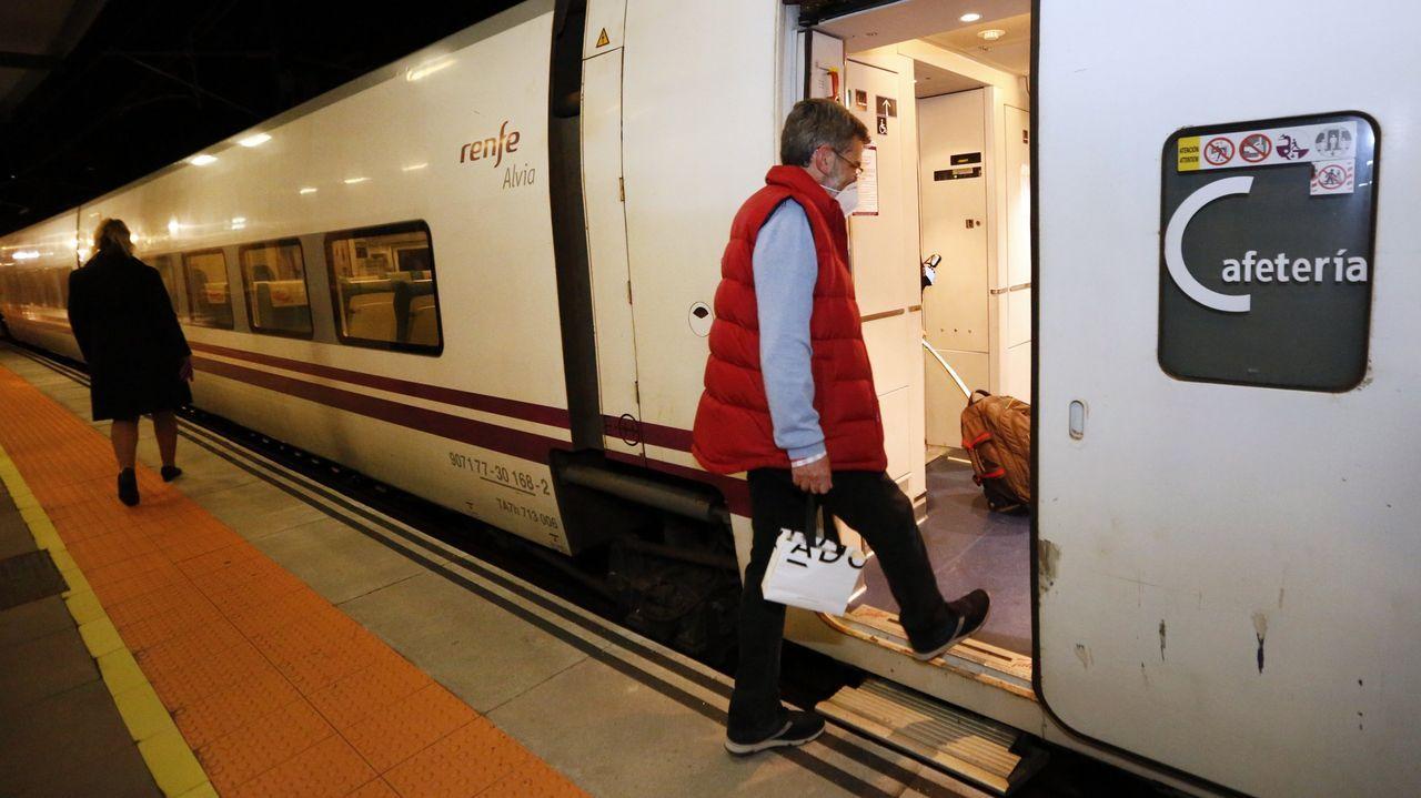 Pasajeros de la estación de tren de Urzaiz tienen que caminar 450 metros hasta la parada de bus más cercana.Viajeros procedentes de Santiago en la estación de San Cristóbal, en A Coruña