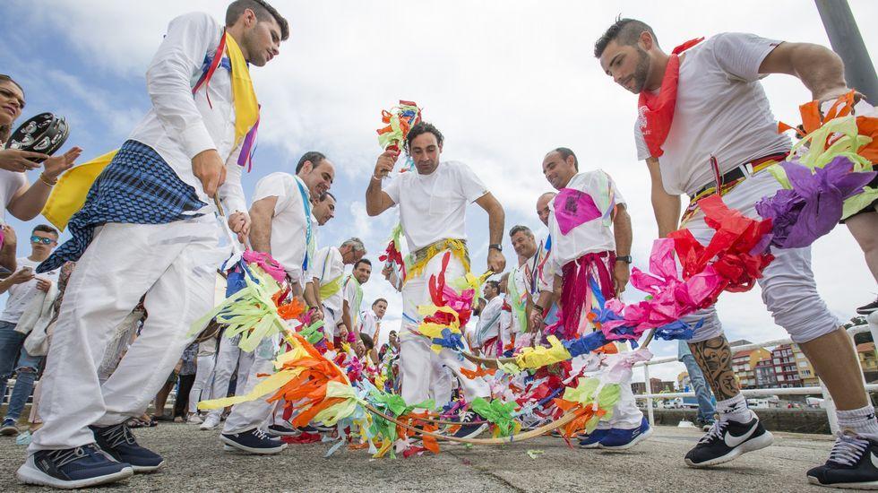 La Danza de Arcos y la procesión marítima fueron las estrellas de Camariñas.Imagen de satélite de la ciclogénesis.