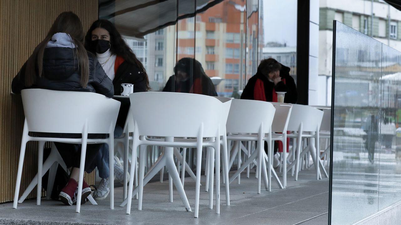 A partir de hoy, locales hosteleros de Viveiro como este solo podrán atender en las terrazas, al 50 % del aforo, y hasta las seis de la tarde
