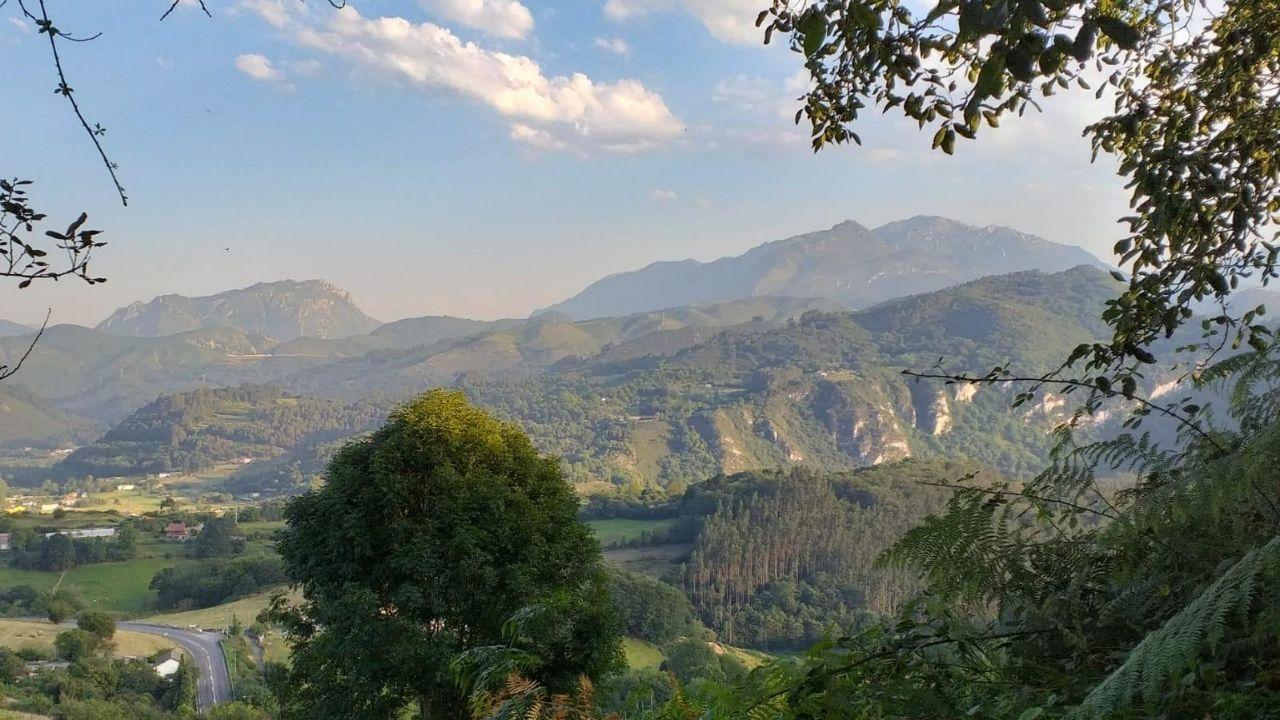 Vista general de la parroquia de Caces desde Sograndio