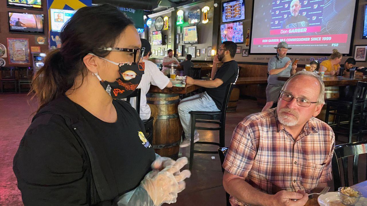 En California las mascarillas se ven en los restaurantes, abiertos al público