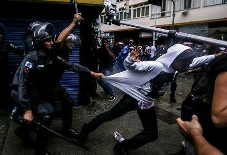 Los agentes intentan apresar a un manifestante en pleno centro turístico de Río.