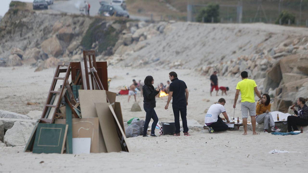 Hogueras de San Xoán en las playas de Sabón, en el 2015.