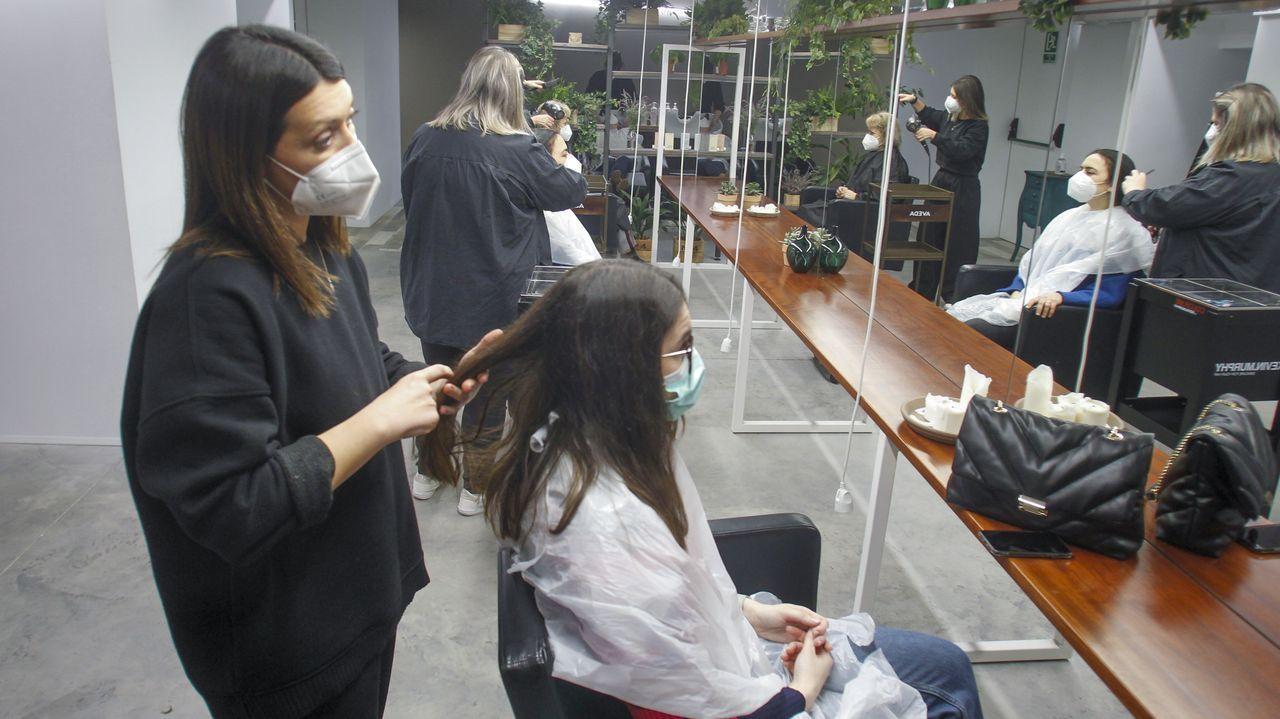 Inés Pose, en una imagen tomada este viernes en su peluquería de Amboage