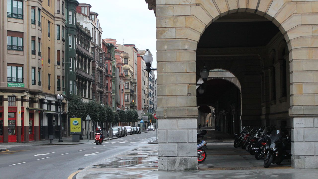 Familias asturianas piden ampliar la unidad de Neuropediatría del HUCA.Calle Marqués de San Esteban, en Gijón