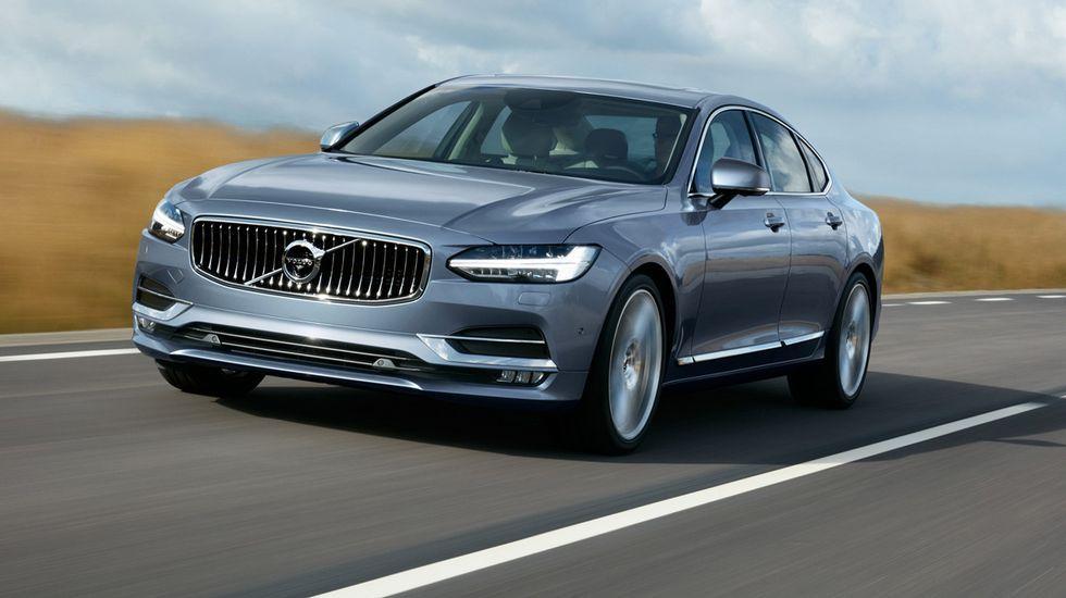 El Volvo S90 rompe con la estética hasta hora vista en las berlinas de Volvo. Su parrilla e identidad lumínica serán fácilmente reconocibles, con esas luces en forma de T tumbada, inéditas hasta ahora.