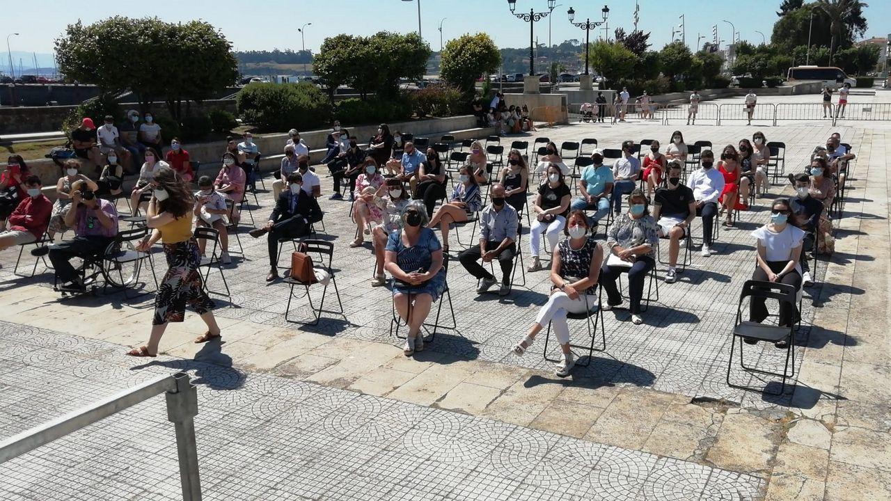 Despedida de los alumnos de segundo de bachillerato de A Pobra.Desde ayer en las terrazas de la comarca se pueden sentar hasta un maximo de 15 personas por mesa