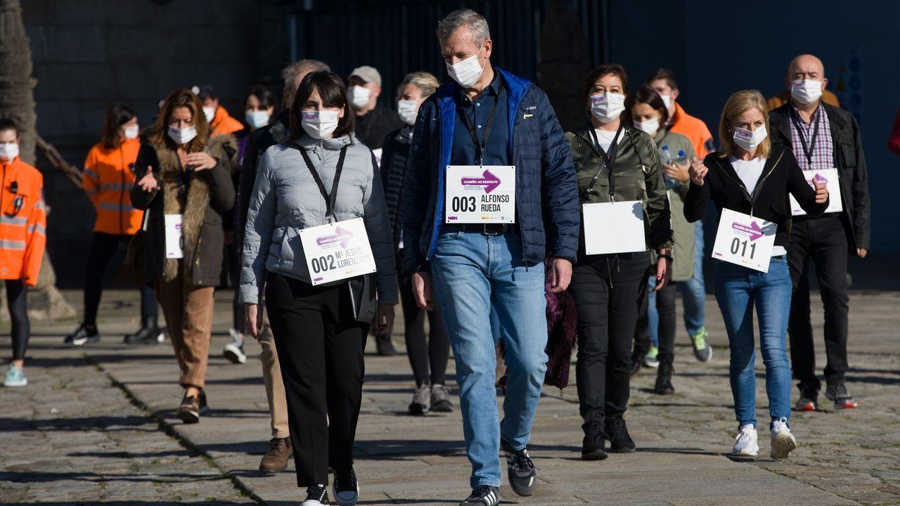 La conselleira de Emprego e Igualdade, María Jesús Lorenzana, y el vicepresidente primero de la Xunta, Alfonso Rueda, encabezan la caminata Camiño ao Respecto contra la violencia machista en Santiago