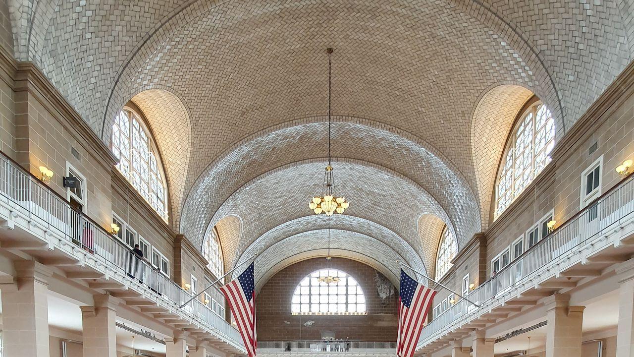 La odisea de cargar un coche eléctrico.Cubierta de Guastavino en el Registry Room o Great Hall de Ellis Island, Nueva York, donde los inmigrantes pasaban los exámenes médicos y legales