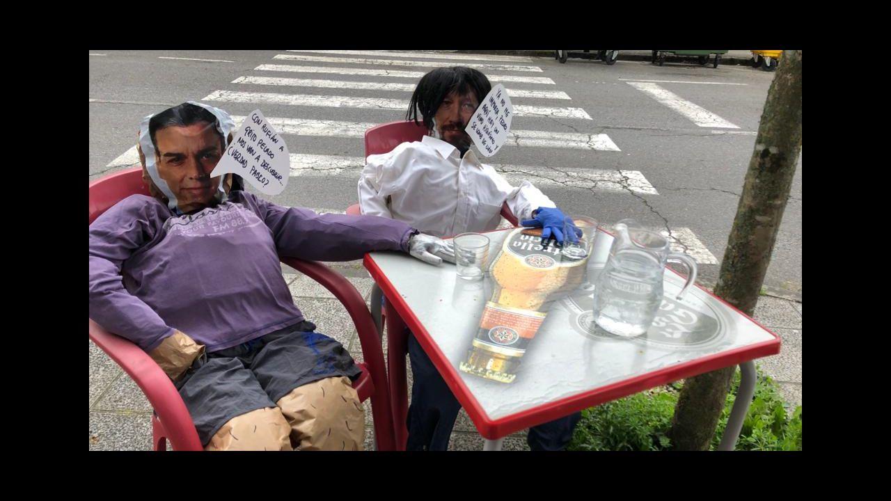 Dos compadres representaron a Pedro Sánchez y Pablo Iglesias en la terraza de un bar de Ferreira de Pantón