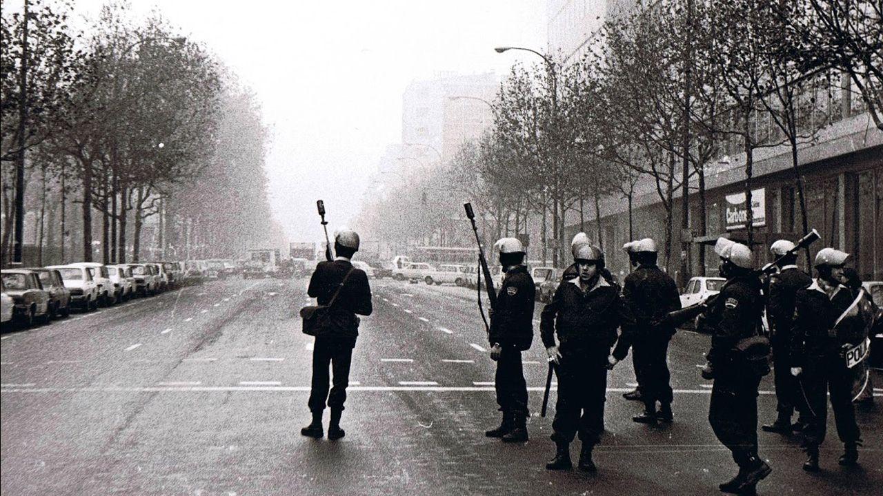 Policías antidisturbios esperan a manifestantes en una calle de Madrid, a finales de los años 70, durante la Transición