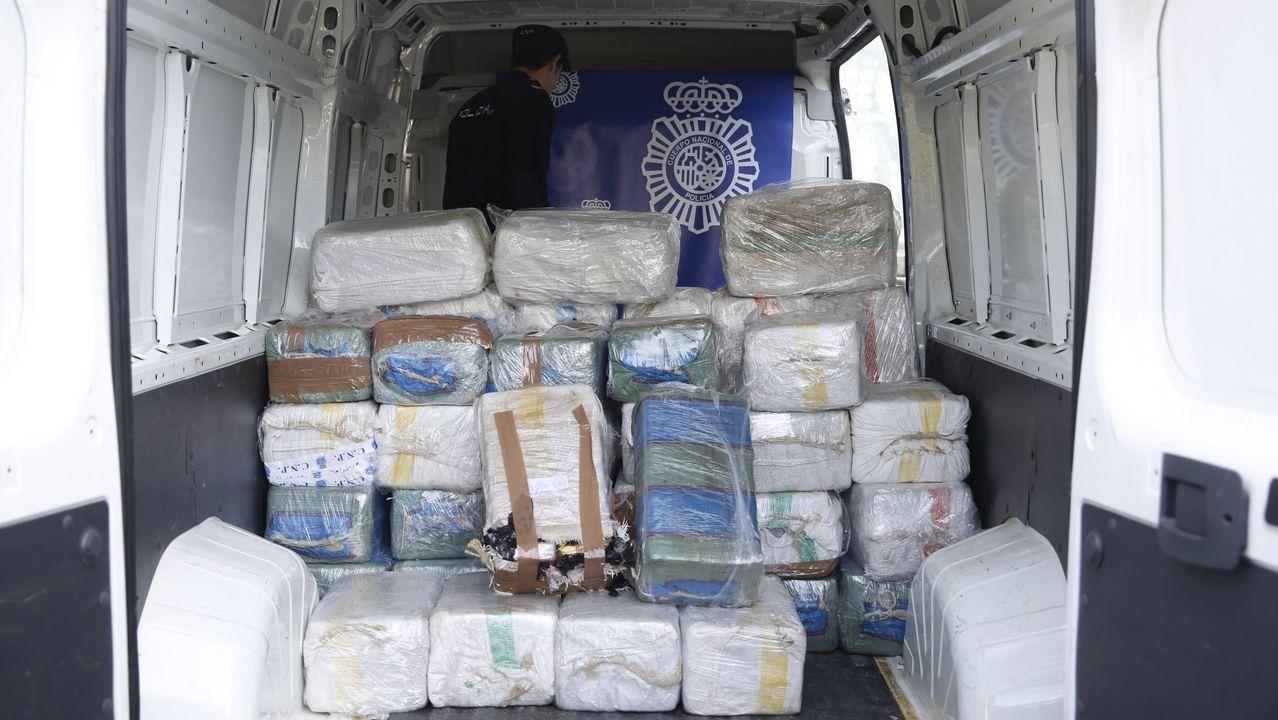 Los 2.095 kilos de coca expuestos tras explotar la operación policial.