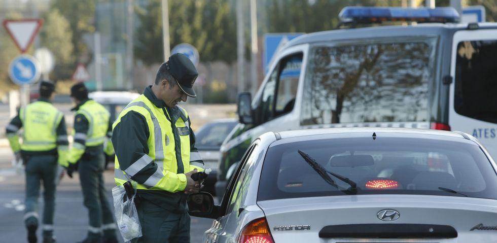 Los controles de la Guardia Civil de Tráfico se centran en alcohol y en algunos casos se amplían a la presencia de estupefacientes.