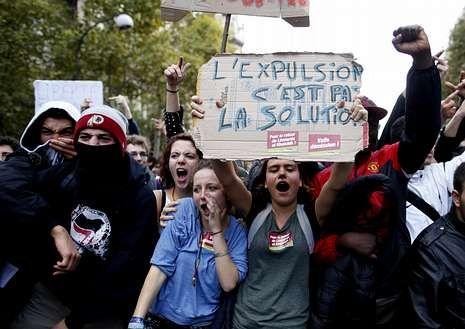 La discutida celebración de Anelka con una «quenelle».Los estudiantes lanzaron proclamas contra Valls.