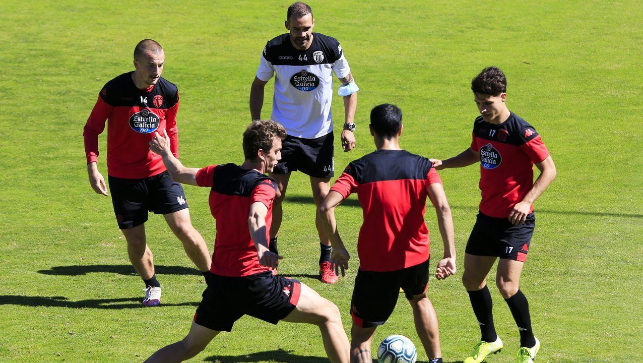 Juanfran en un rondo junto a sus futbolistas durante uno de los últimos entrenamientos de la temporada