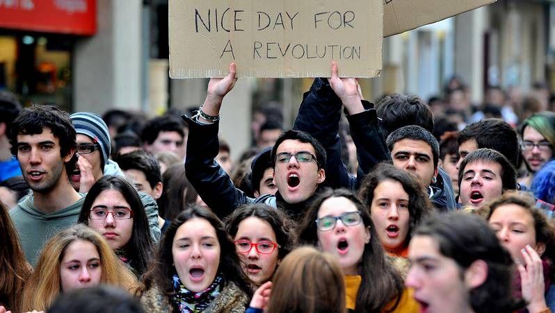 Protesta contra la ley Wert.Guillerme Vázquez junto a Montse Prado; al fondo, Carlos Aymerich.