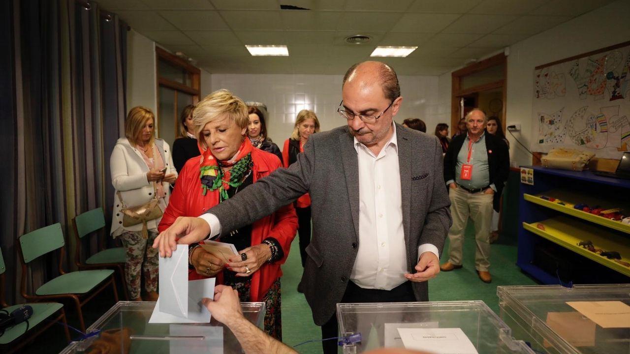 El candidato del PSOE en Aragón, Javier Lambán, deposita el voto en la urna
