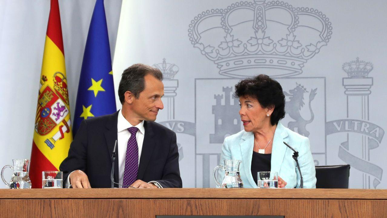 El ministro de Ciencia y Universidades en funciones, Pedro Duque y la portavoz del Gobierno y ministra de Educación en funciones, Isabel Celaá, tras el Consejo de Ministros