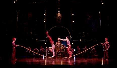 El juego de la cuerda toma nueva dimensión en «Dralion» con saltos, volteretas o pirámides humanas.