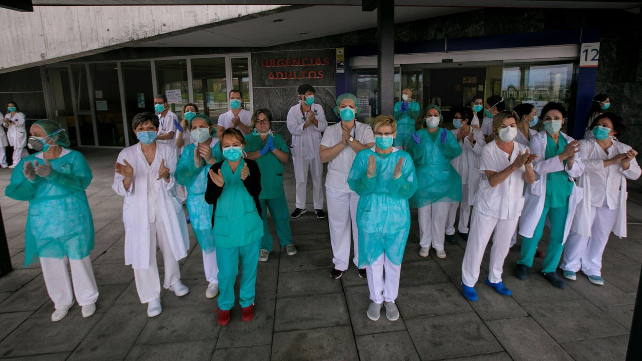 Un grupo de pasajeros consulta los vuelos en el Aeropuerto de Asturias.Un grupo de sanitarios de Urgencias del Hospital Universitario Central de Asturias (HUCA)