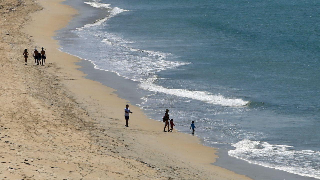 Galicia regresa a la normalidad relativa.Comienza la parcelación en la playa de Silgar, en Sanxenxo.