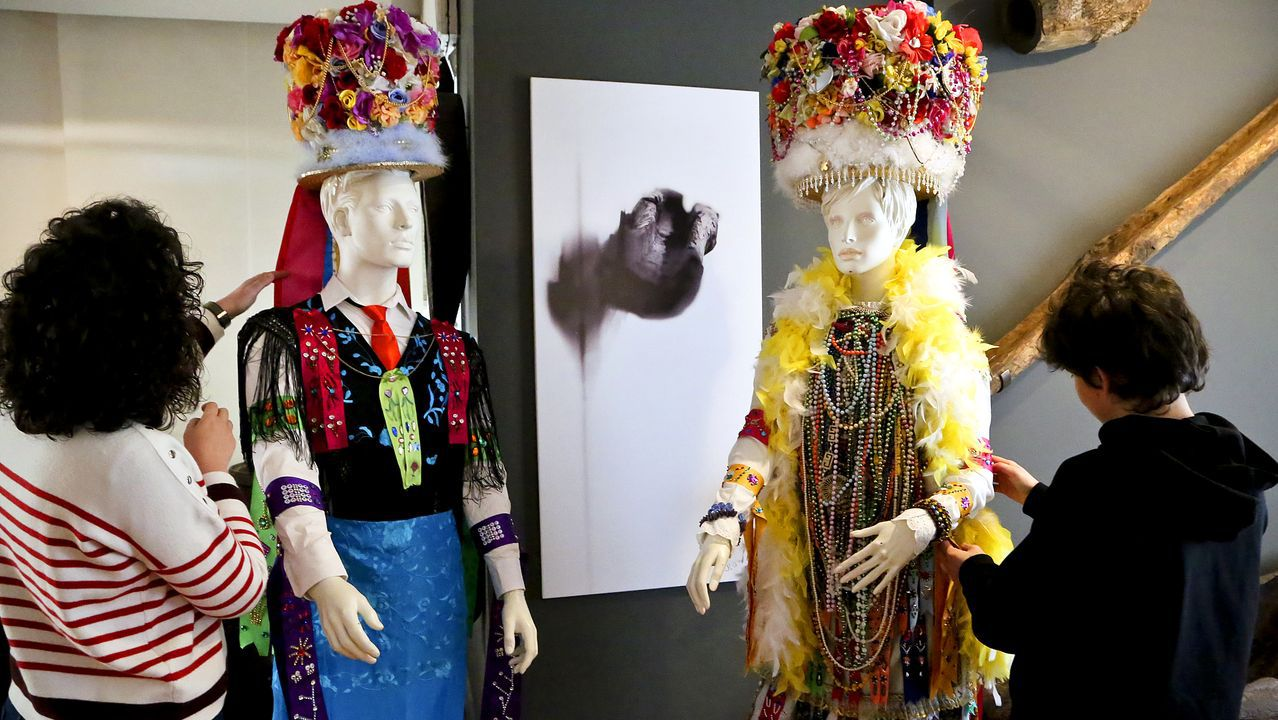 Los mejores disfraces del Carnaval de Vigo.El IES A Paralaia, de Moaña, esta mañana. En la imagen, las autoridades educativas y sanitarias al finalizar la reunión con el equipo directivo