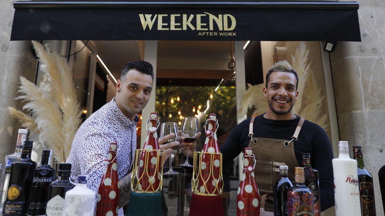 Pablo Dacosta y Manuel Morales, en la entrada del Weekend