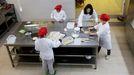 Alumnos en la cocina del centro de educación especial de Panxón, en Nigrán