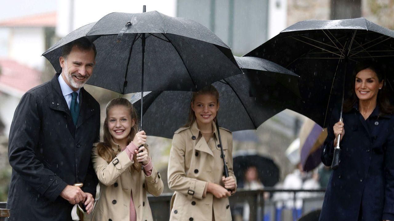 El rey Felipe VI (i), la princesa Leonor (2i), la infanta Sofía (2d) y la reina Letizia (d) sonríen durante su visita a Asiegu,