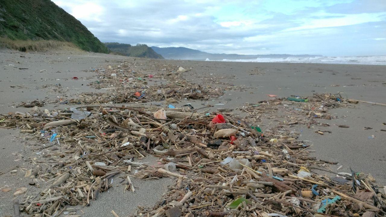Playa. Asturias. Basura. Plásticos. Playa de Bayas. Playón. Castrillón.Basura en el playón de Bayas, en Castrillón, en la temporada de invierno
