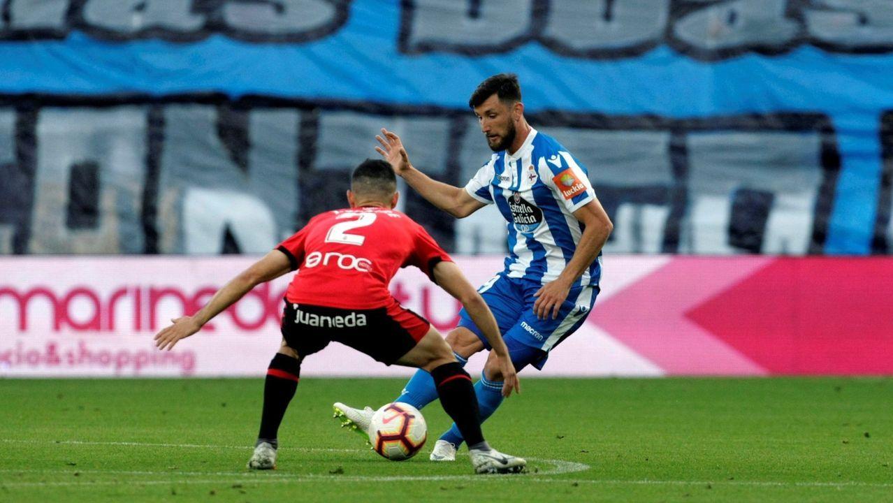 Valjent Carlos Hernandez Mallorca Real Oviedo Son Moix.Valjent trata de disparar ante la defensa azul