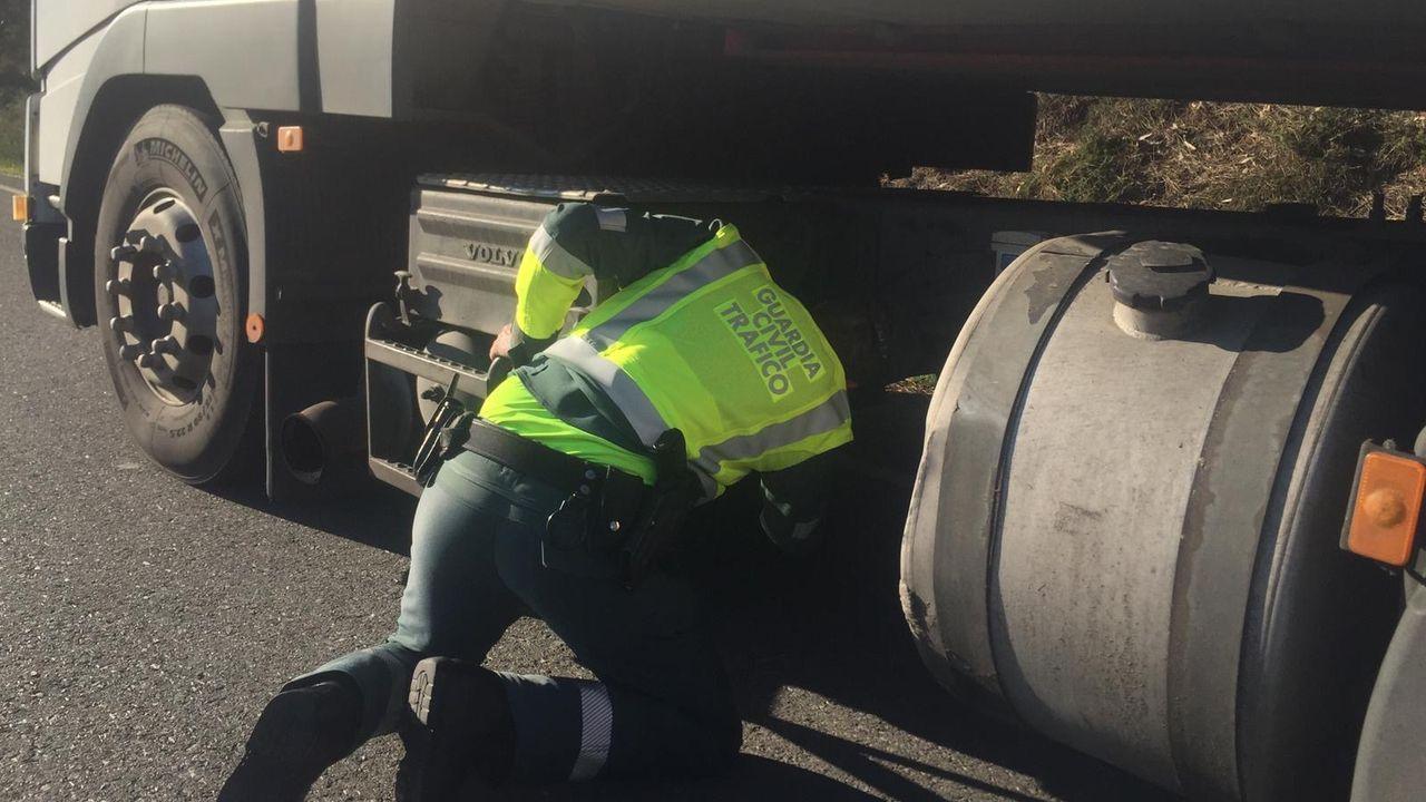 Un guardia civil inspecciona el camión interceptado y que tenía manipulado el tacógrafo