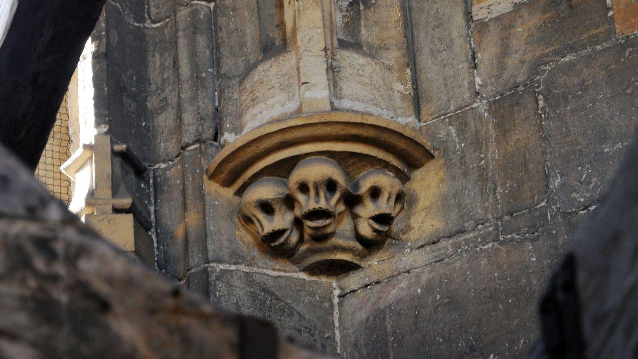 Tres calaveras en una esquina interior del campanario de la Catedral de Oviedo. La calavera es un motivo muy frecuente en el arte medieval religioso