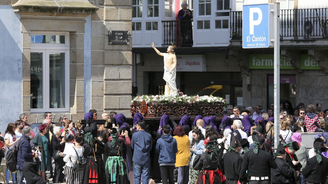 Imagenes de la procesión de Cristo Resucitado en Ferrol.La ministra de Defensa, esta mañana en Ferrol, acompañada por el candidato del PSOE a la alcaldía, Ángel Mato, y el secretario general de los socialistas gallegos, Gonzalo Caballero