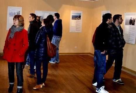 Algunos de los visitantes a la sala de exposiciones del faro durante el domingo por la tarde.