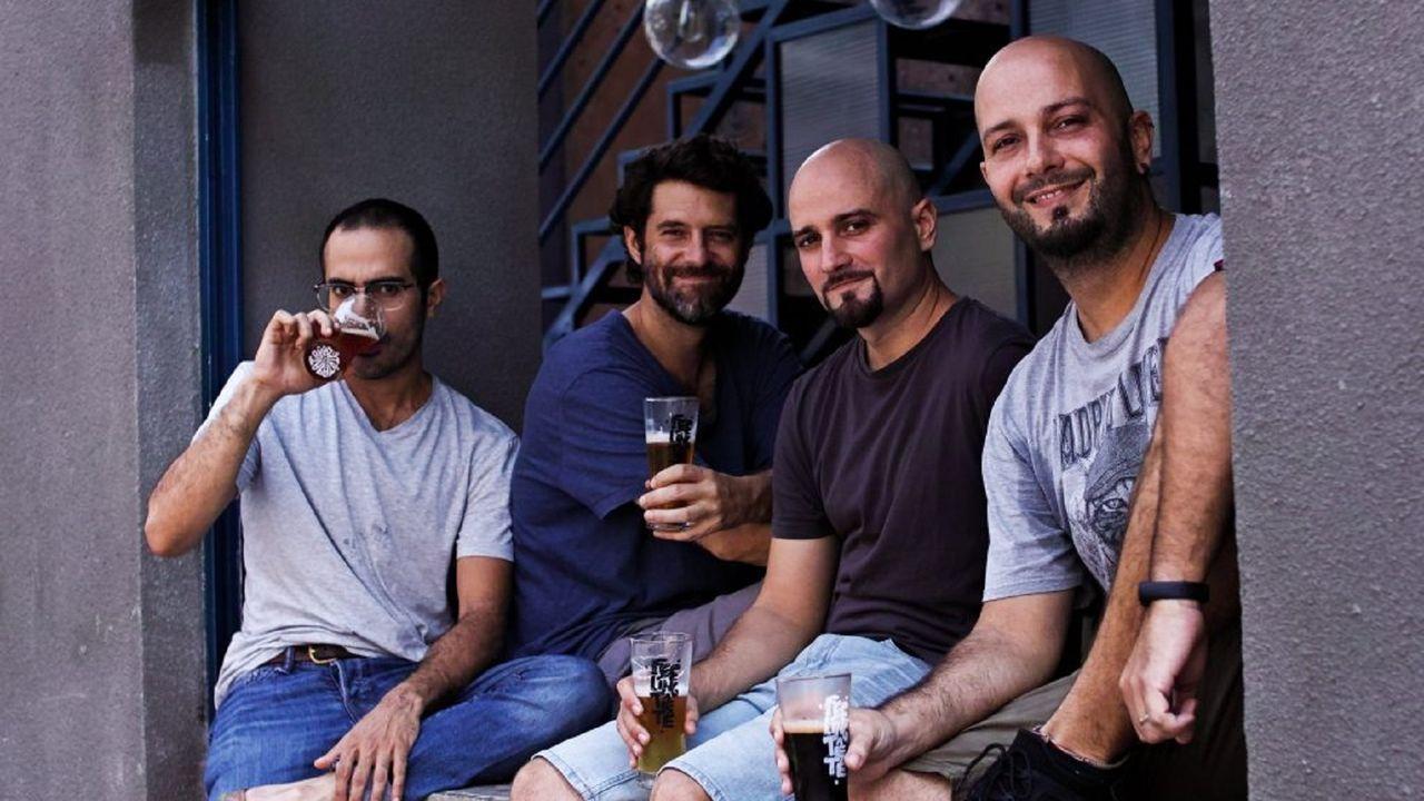 Luis Martínez (tercero por la izquierda), junto a su hermano Rubén, y los otros dos socios con los que fundó TêTê beer: Mike y Toby